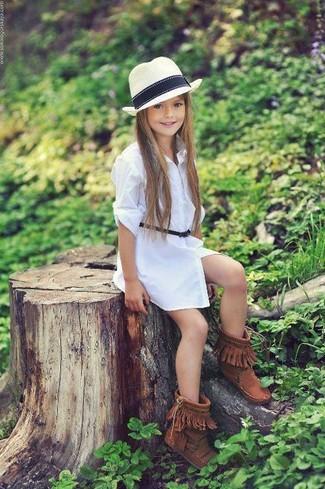 Come indossare: vestito bianco, stivali ugg marroni, borsalino bianco