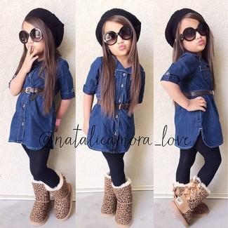 Come indossare: vestito di jeans blu scuro, stivali ugg marrone chiaro, cuffia nero, collant nero