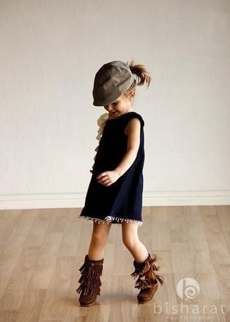 Come indossare: vestito blu scuro, stivali ugg marrone scuro