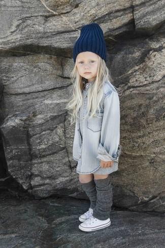 Come indossare: vestito grigio, camicia a maniche lunghe di jeans grigia, sneakers bianche, cuffia blu scuro