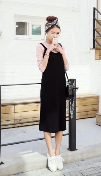 Moda ragazza adolescente: Per creare un adatto a un pranzo con gli amici nel weekend combina un vestito canotta nero con una t-shirt manica lunga rosa. Perfeziona questo look con un paio di sneakers basse in pelle bianche.