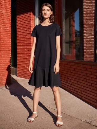 Come indossare: vestito casual con volant nero, sandali piatti in pelle bianchi