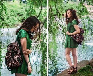 Come indossare e abbinare: vestito casual di pizzo verde, sandali gladiatore in pelle marrone scuro, zaino leopardato marrone