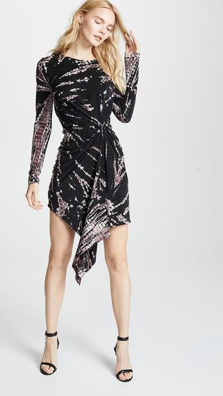 Come indossare: vestito casual effetto tie-dye nero, sandali con tacco in pelle neri