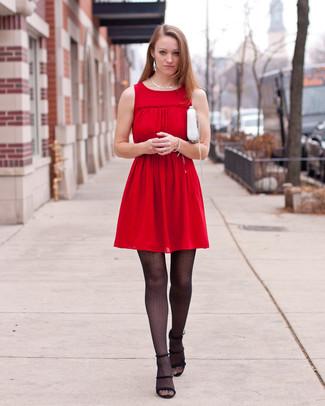Come indossare: vestito casual a pieghe rosso, sandali con tacco in pelle scamosciata neri, borsa a tracolla in pelle bianca, collana argento