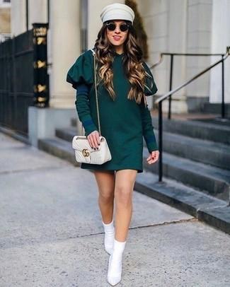 Come indossare e abbinare una borsa a tracolla in pelle trapuntata beige: Indossa un vestito casual verde scuro con una borsa a tracolla in pelle trapuntata beige per essere casual. Stivaletti elasticizzati bianchi sono una splendida scelta per completare il look.