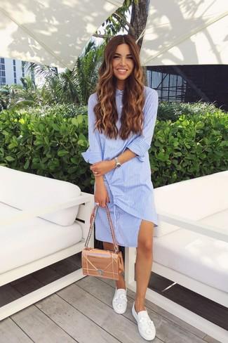 Come indossare e abbinare: vestito chemisier a righe verticali azzurro, sneakers senza lacci decorate bianche, cartella in pelle dorata