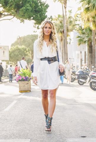 Trend da donna 2020: Per un outfit quotidiano pieno di carattere e personalità, potresti indossare un vestito chemisier bianco. Sandali con tacco in pelle neri sono una interessante scelta per completare il look.