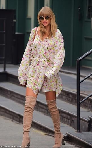 Come indossare e abbinare: vestito chemisier a fiori bianco, stivali sopra il ginocchio in pelle scamosciata beige, borsa a tracolla in pelle terracotta, occhiali da sole neri