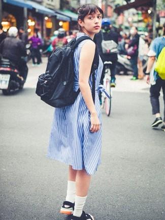 Come indossare e abbinare calzini bianchi: Opta per un vestito chemisier a righe verticali blu e calzini bianchi per un look comfy-casual. Sandali piatti di tela neri sono una validissima scelta per completare il look.