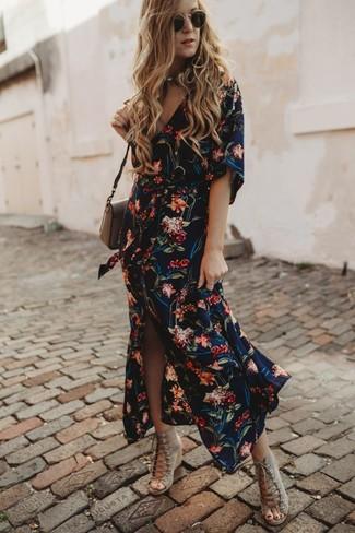 Come indossare: vestito chemisier a fiori blu scuro, sandali con zeppa in pelle scamosciata beige, borsa a tracolla in pelle marrone, occhiali da sole neri