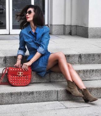 Come indossare e abbinare: vestito chemisier di jeans blu, stivaletti in pelle scamosciata verde oliva, borsa a tracolla in pelle scamosciata rossa, occhiali da sole neri e dorati