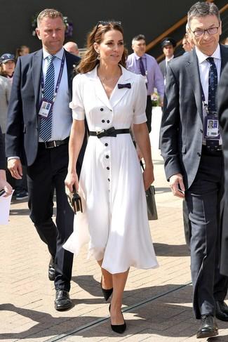 Come indossare e abbinare décolleté in pelle scamosciata neri: Indossa un vestito chemisier bianco e sarai un vero sballo. Completa questo look con un paio di décolleté in pelle scamosciata neri.