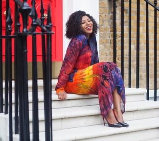 Come indossare: vestito chemisier effetto tie-dye multicolore, décolleté in pelle neri
