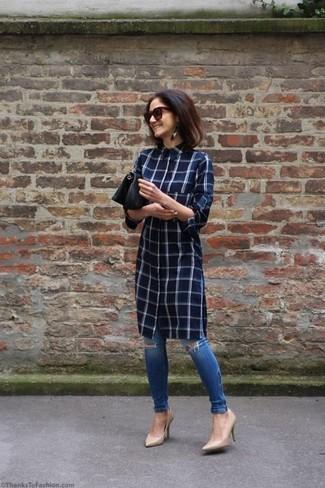 Come indossare: vestito chemisier a quadri blu scuro, jeans aderenti strappati blu, décolleté in pelle beige, pochette in pelle nera