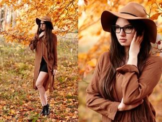 Look alla moda per donna: vestito chemisier marrone minigonna nera