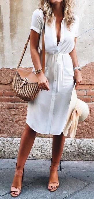 Come indossare: vestito chemisier bianco, sandali con tacco in pelle marrone chiaro, borsa a tracolla di paglia marrone, borsalino di paglia beige