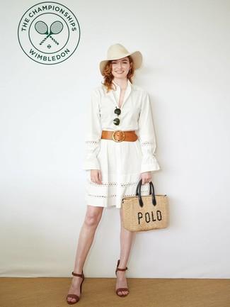 Look alla moda per donna: Vestito chemisier con occhielli bianco, Sandali con tacco in pelle marroni, Borsa shopping di paglia marrone chiaro, Borsalino di lana beige
