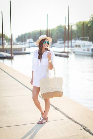 Come indossare: vestito chemisier bianco, top bikini rosa, slip bikini rosa, sandali piatti in pelle decorati marroni