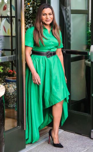 Come indossare: vestito chemisier verde, décolleté in pelle scamosciata neri, cintura in pelle nera