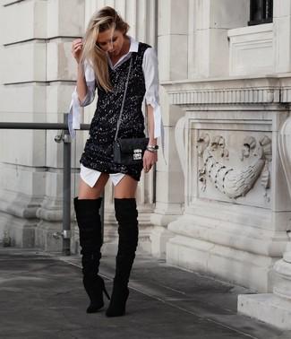Come indossare e abbinare: vestito chemisier bianco, vestito canotta con paillettes nero, stivali sopra il ginocchio in pelle scamosciata neri, borsa a tracolla in pelle trapuntata nera
