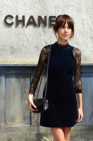 Scegli un outfit composto da un vestito da cocktail di velluto blu scuro per un look semplice ed elegante.