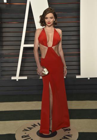 Senza dubbio avrai un aspetto assoluamente magnifico in un vestito da sera tagliato rosso. Sandali con tacco in pelle dorati daranno una nuova dimensione a un look altrimenti classico.