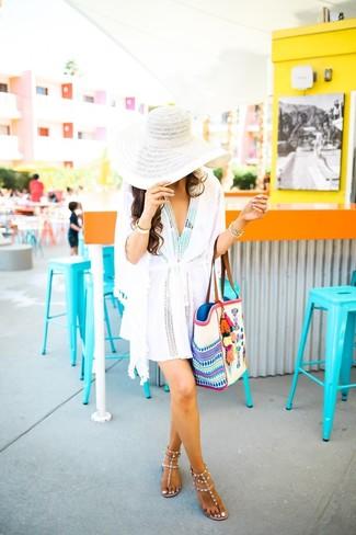 Come indossare: vestito da spiaggia bianco, costume da bagno stampato verde menta, infradito in pelle con borchie beige, borsa shopping di tela ricamata bianca