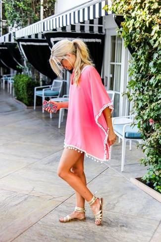 Come indossare: vestito da spiaggia fucsia, sandali gladiatore in pelle dorati, occhiali da sole neri