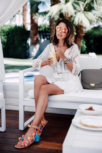 Come indossare: vestito da spiaggia con occhielli bianco, top bikini nero, sandali gladiatore in pelle multicolori, occhiali da sole arancioni