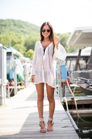 Come indossare e abbinare: vestito da spiaggia all'uncinetto bianco, top bikini nero, slip bikini neri, sandali con tacco in pelle bianchi