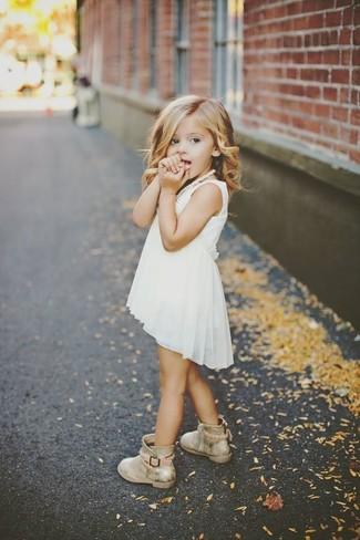 Come indossare e abbinare: vestito di chiffon bianco, stivali dorati