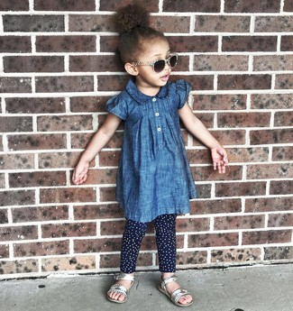 Come indossare: vestito di jeans blu, leggings a pois blu scuro, sandali argento
