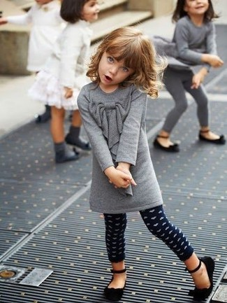 Come indossare e abbinare: vestito di lana grigio, leggings a pois blu scuro, ballerine nere