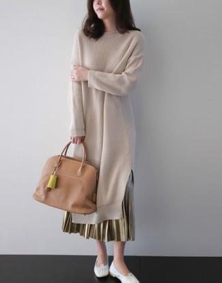 Come indossare e abbinare: vestito di maglia beige, gonna lunga a pieghe dorata, ballerine in pelle bianche, borsa shopping in pelle marrone chiaro