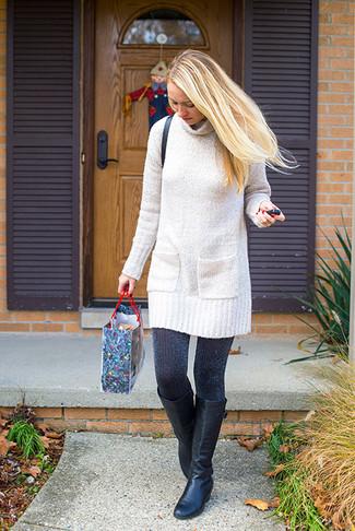 Come indossare: vestito di maglia lavorato a maglia beige, stivali al ginocchio in pelle neri, borsa a tracolla in pelle nera, collant nero