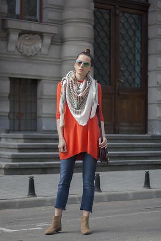 Come indossare: vestito di maglia arancione, jeans blu, stivaletti in pelle scamosciata marrone chiaro, borsa a tracolla in pelle melanzana scuro