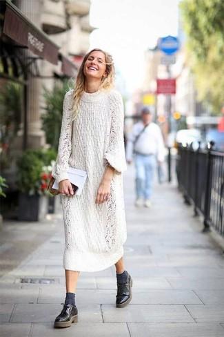 Scegli un outfit composto da un vestito di maglia lavorato a maglia bianco per un outfit comodo ma studiato con cura. Scarpe derby in pelle nere di Marsèll creeranno un piacevole contrasto con il resto del look.