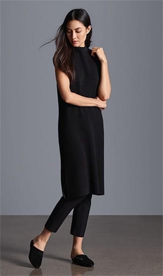 Come indossare: vestito di maglia nero, pantaloni skinny neri, sabot di raso neri