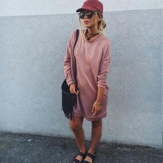 Come indossare e abbinare: vestito di maglia rosa, sandali piatti in pelle neri, borsa a tracolla in pelle con frange nera, berretto da baseball bordeaux