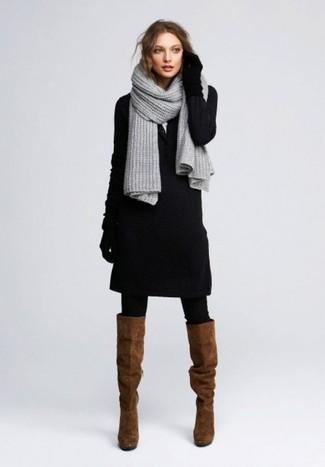 Come indossare e abbinare stivali al ginocchio in pelle scamosciata marroni: Vestiti con un vestito di maglia nero per vestirti casual. Perfeziona questo look con un paio di stivali al ginocchio in pelle scamosciata marroni.