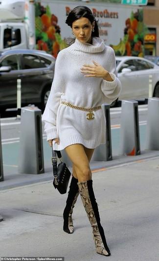 Come indossare: vestito di maglia bianco, stivali al ginocchio in pelle scamosciata neri, pochette in pelle nera, cintura dorata