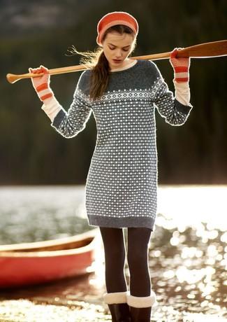 Questo abbinamento di un vestito di maglia con motivo fair isle grigio e una t-shirt a maniche lunghe beige attira l'attenzione per le ragioni giuste.