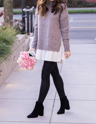 Come indossare e abbinare: vestito di maglia viola chiaro, leggings in pelle neri, stivali chelsea in pelle scamosciata neri