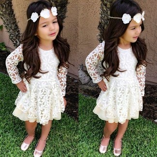 Come indossare: vestito di pizzo bianco, ballerine rosa