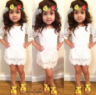 Come indossare e abbinare: vestito di pizzo bianco, sandali gialli