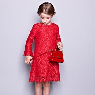 Come indossare: vestito di pizzo rosso, borsa rossa
