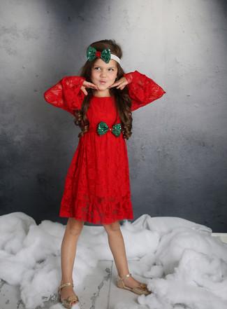 Come indossare e abbinare: vestito di pizzo rosso, sandali dorati, cerchietto verde