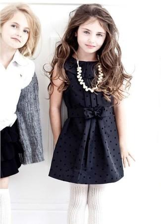Come indossare e abbinare: vestito di seta nero, collant bianco
