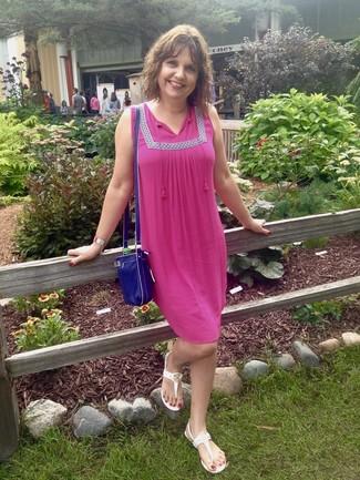 Come indossare: vestito estivo fucsia, infradito bianchi, borsa a tracolla in pelle blu